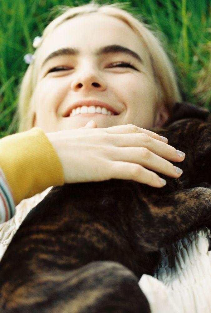 Benee już za uśmiech i psiaka zasługuje na miejsce wśród najlepszych utworów października 2020 roku.