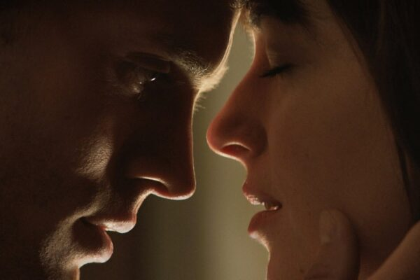 """Jamie Dornan i Dakota Johnson w filmie """"Pięćdziesiąt twarzy Greya"""" fot. UIP/NajlepszePiosenki.pl"""