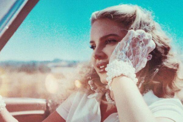 Uśmiechnięta Lana Del Rey