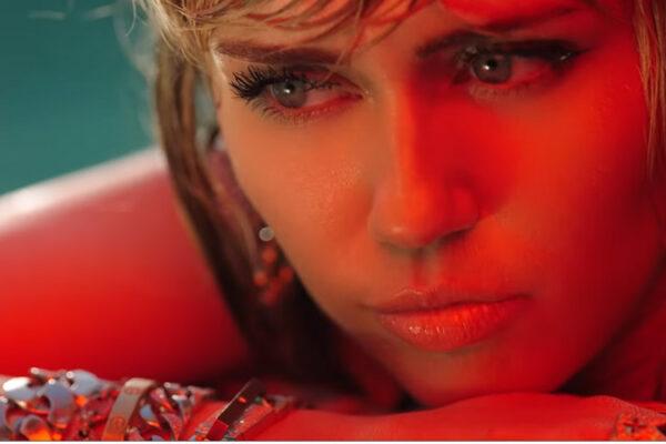"""Miley Cyrus """"Slide Away"""" fot. NajlepszePiosenki.pl"""
