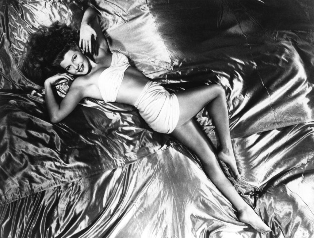 Relaks w wersji glamour w wykonaniu Rity Hayworth