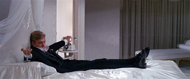 Robert Redford relaksujący się z winem